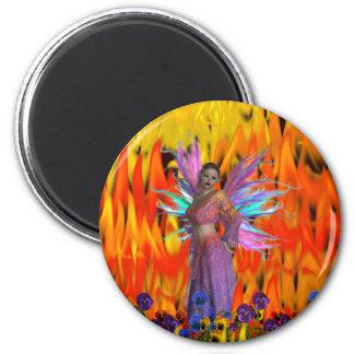 Hada derecha en un campo de llamas con las flores imán redondo 5 cm
