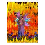 Hada derecha en un campo de llamas con las flores postal