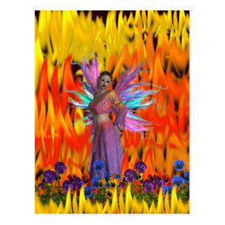 Hada derecha en un campo de llamas con las flores tarjeta postal