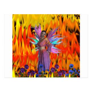 Hada derecha en un campo de llamas con las flores tarjetas postales