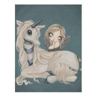 Hada gótica del ángel con la postal del unicornio