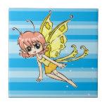 Hada linda del dibujo animado con las alas amarill azulejo