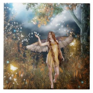 Hada magnífica que toma un paseo en el claro de lu azulejo