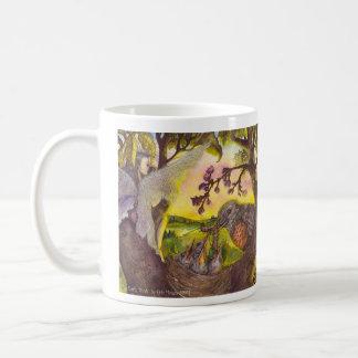 Hada que goza de su taza de cerámica del café de
