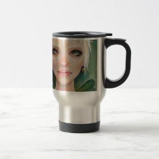Hada verde minúscula taza de café