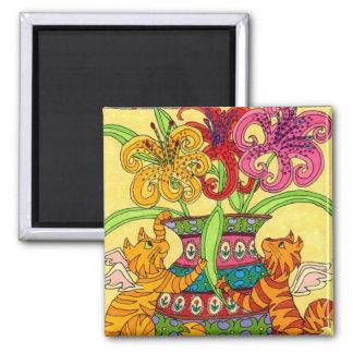 Hadas del gato con el florero adornado de lirios imanes