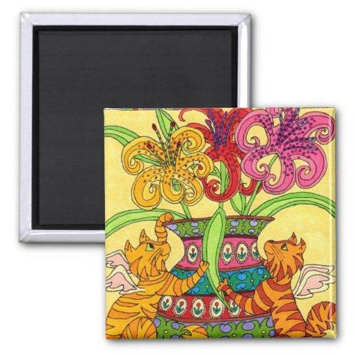 Hadas del gato con el florero adornado de lirios imán cuadrado