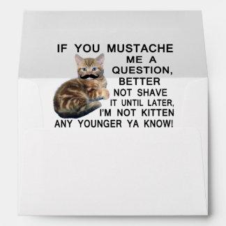 Haga a gatito con un bigote una pregunta