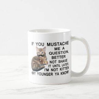 Haga a gatito con un bigote una pregunta taza