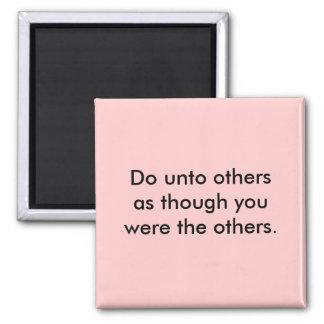 Haga a otros imán cuadrado