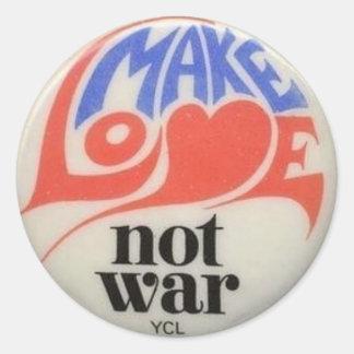 Haga el símbolo de paz de la guerra del amor no pegatina redonda