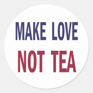 Haga el té del amor no pegatina redonda