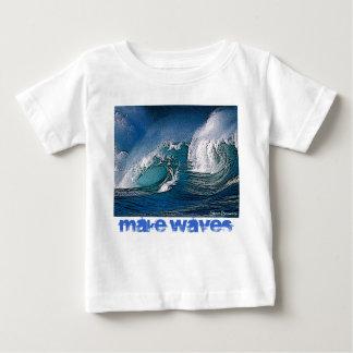 Haga la camiseta del niño de las ondas playera