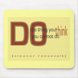Haga la cosa que usted piensa que usted no puede h mousepads