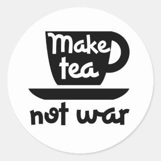 Haga la guerra del té no pegatina redonda