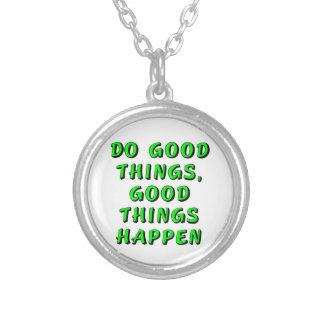 Haga las buenas cosas, las buenas cosas suceden collar plateado