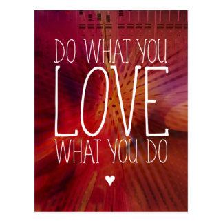 Haga lo que usted AMA lo que usted hace inspirado Postal