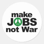 Haga los trabajos, no guerra pegatina redonda