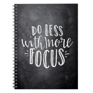 Haga menos con más cuaderno de la cita del foco