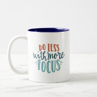Haga menos con más taza de la cita del foco