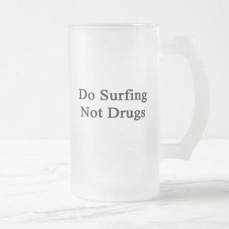 Haga practicar surf no las drogas tazas