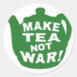 Haga que el té no guerrea v12 etiqueta redonda