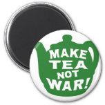 Haga que el té no guerrea v12 imanes de nevera