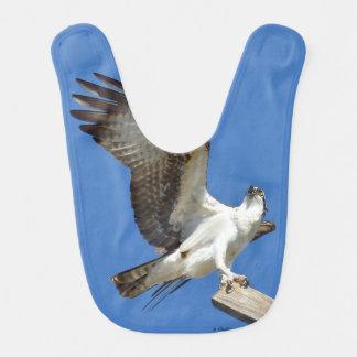 Halcón de Osprey que estira el babero del bebé de