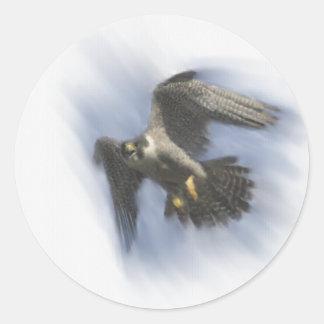 Halcón de peregrino en vuelo pegatina redonda