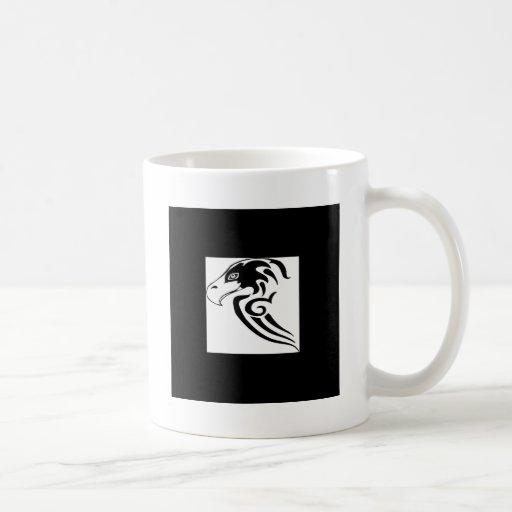 Halcón magnífico y salvaje taza básica blanca