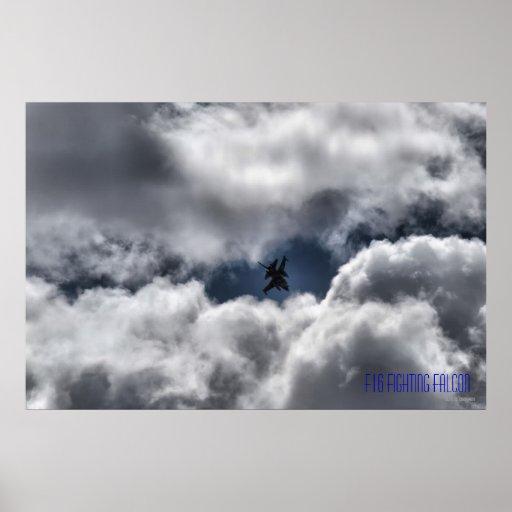 Halcón que lucha F-16 en el cielo nublado Posters