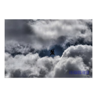 Halcón que lucha F-16 en las nubes etiquetadas Póster