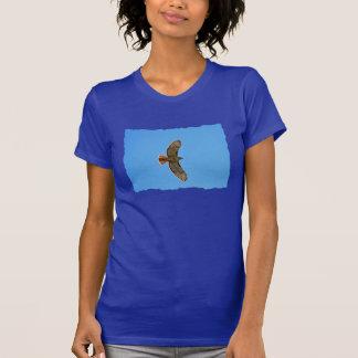 Halcón Rojo-Atado en vuelo Camisetas