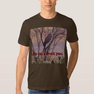 Halcón rojo de la cola en un pequeño árbol poleras