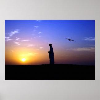 Halconero de Dubai en la puesta del sol Póster