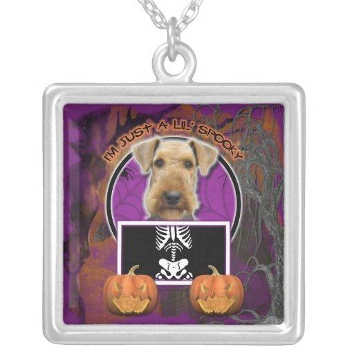 Halloween - apenas un Lil fantasmagórico - Airedal Colgante Cuadrado