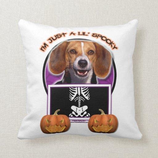 Halloween - apenas un Lil fantasmagórico - beagle Almohada