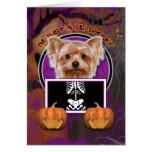 Halloween - apenas un Lil fantasmagórico - Yorkie Felicitaciones