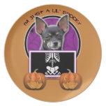 Halloween - apenas una chihuahua fantasmagórica de plato para fiesta