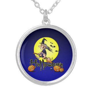 Halloween bruja en una escoba palos y calabazas collares personalizados