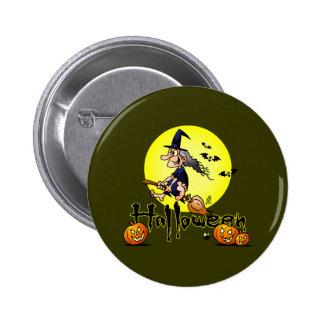 Halloween, bruja en una escoba, palos y calabazas pin redondo de 2 pulgadas