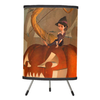 Halloween, calabaza divertida con la bruja linda lámpara trípode