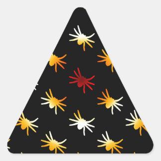 Halloween colorea el modelo de las arañas pegatina triangular