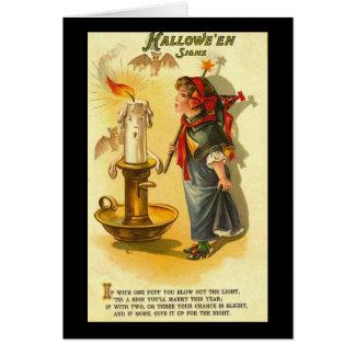 Halloween firma al niño con la vela tarjetas