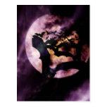 Halloween golpea el vuelo en una noche de la Luna  Postal