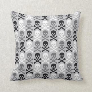 Halloween Skull pattern with crossbones Throw Pillow