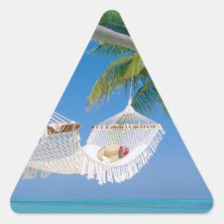 Hamaca de las vacaciones del paraíso de la playa pegatina triangular