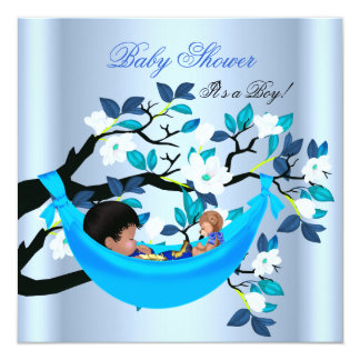 Hamaca linda de los azules cielos del muchacho de anuncio