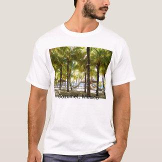 Hamaca y palmeras por la camisa del océano