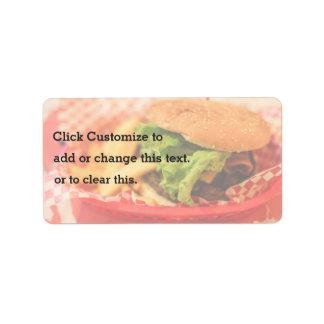 Hamburguesa servida con las fritadas etiqueta de dirección